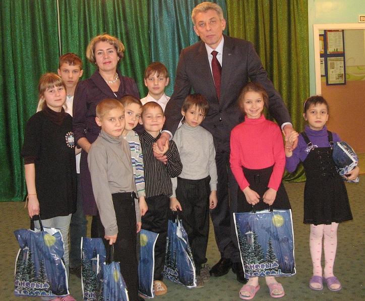 А.Н. Гуров и воспитанники детского дома №1