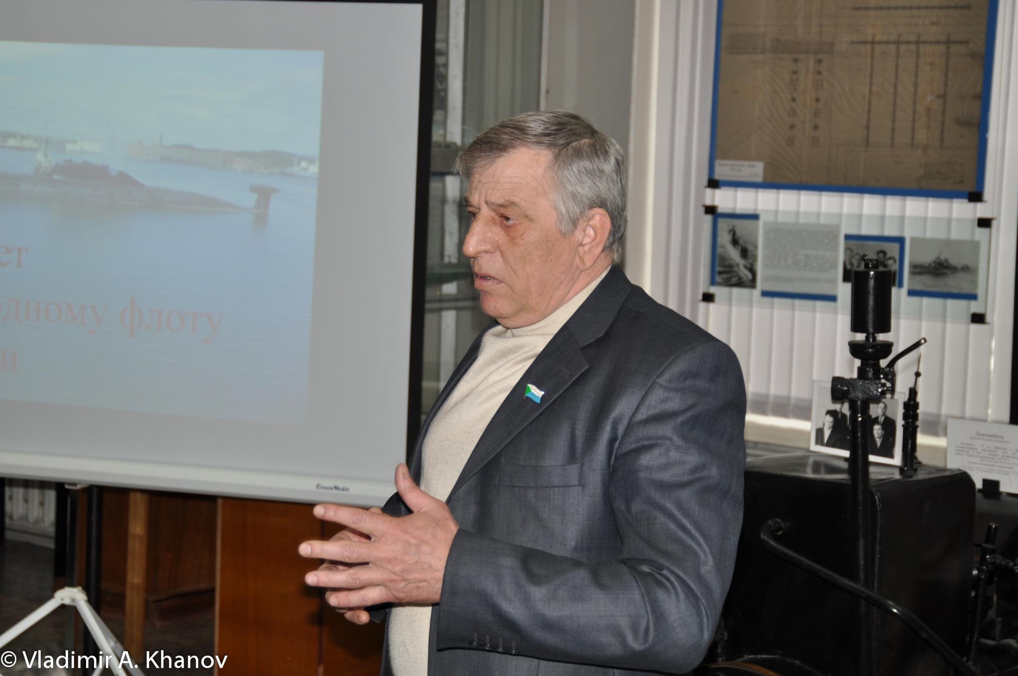 Депутат Законодательной Думы Хабаровского края Н. Г. Повзык выступает перед собравшимися